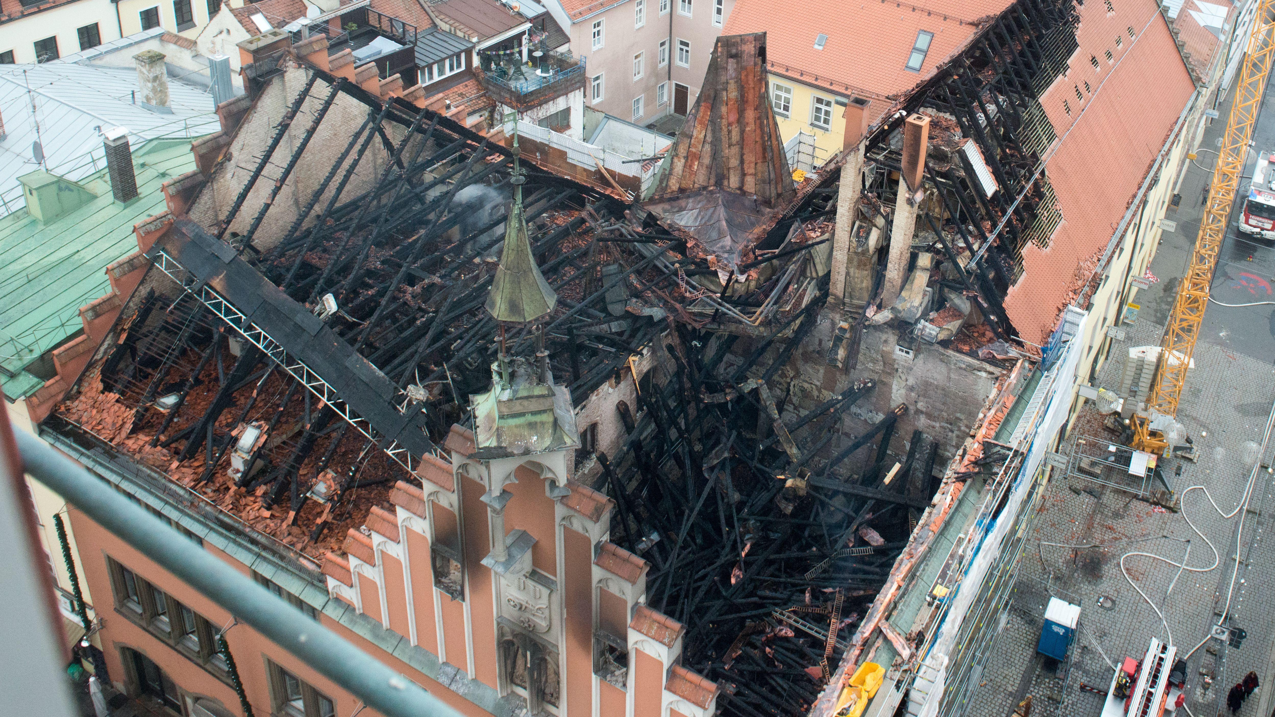 Fast völlig ausgebrannt steht das historische Rathaus in der Altstadt von Straubing