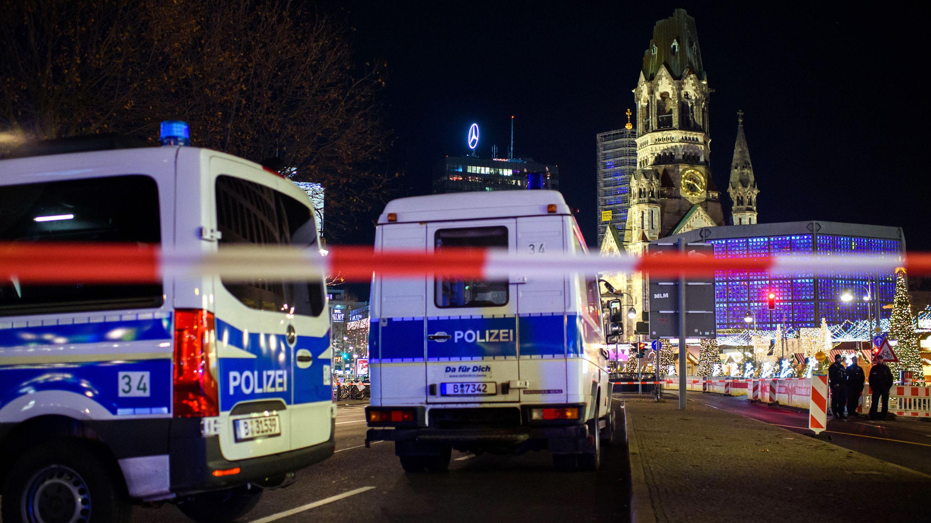 21.12.2019, Berlin: Nach Hinweisen auf einen möglicherweise verdächtigen Gegenstand hat die Polizei am Samstagabend den Weihnachtsmarkt an der Gedächtniskirche geräumt.