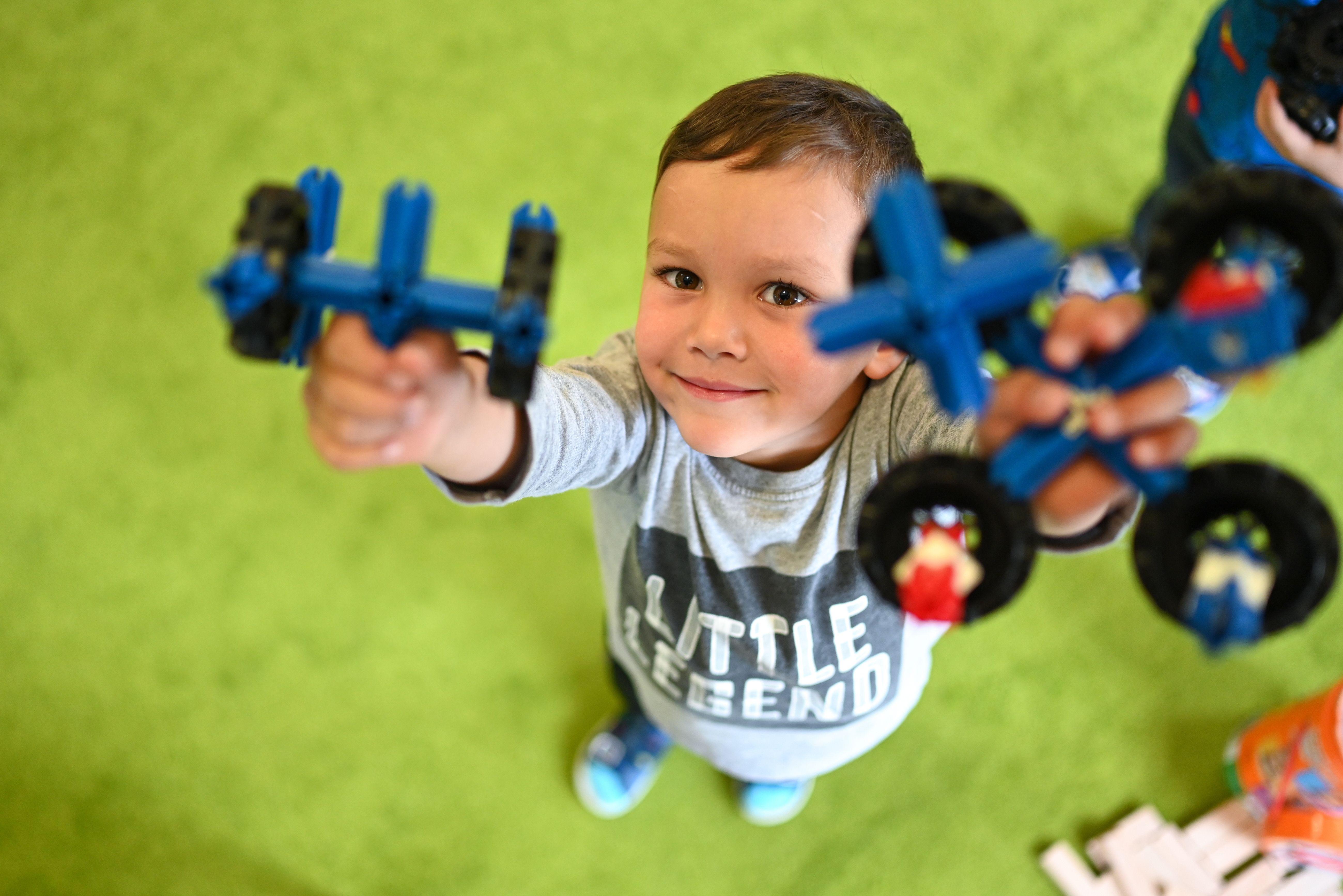 Kinder und Coronavirus: Weniger krank, aber genauso ansteckend?