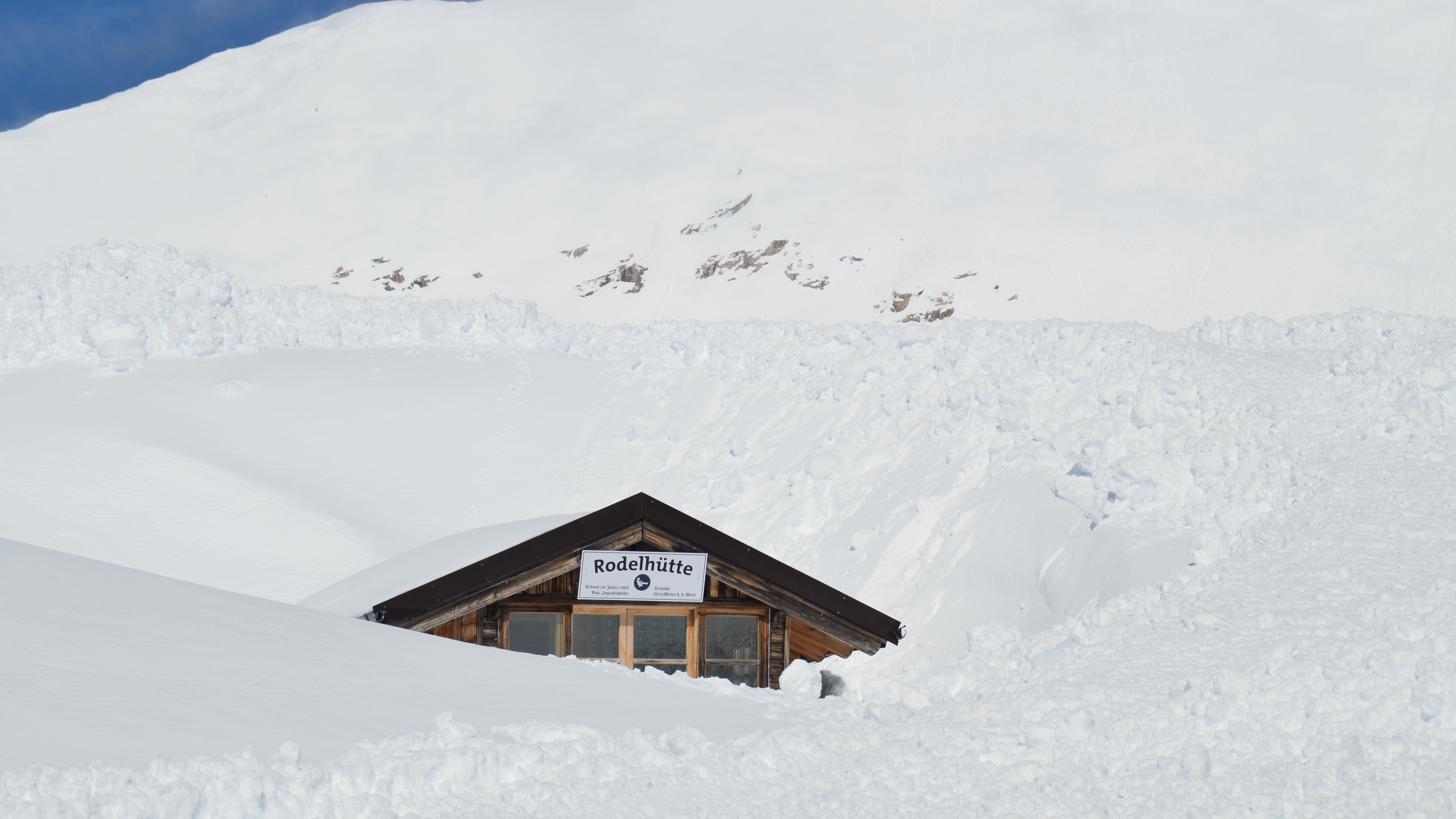 Rodelhütte auf der Zugspitze zwischen Schneemassen