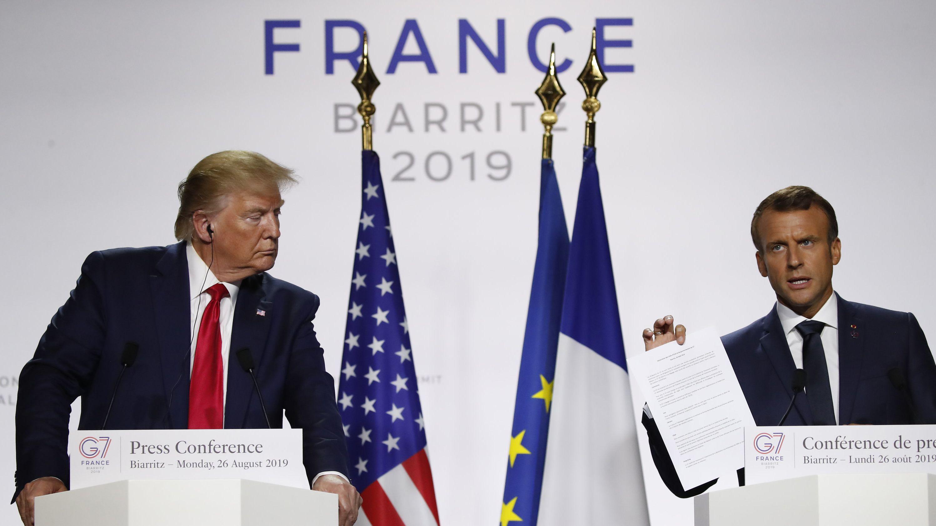 Donald Trump, Präsident der USA, und Emmanuel Macron, Präsident von Frankreich, nehmen an der abschließenden Pressekonferenz des G7-Gipfels teil.