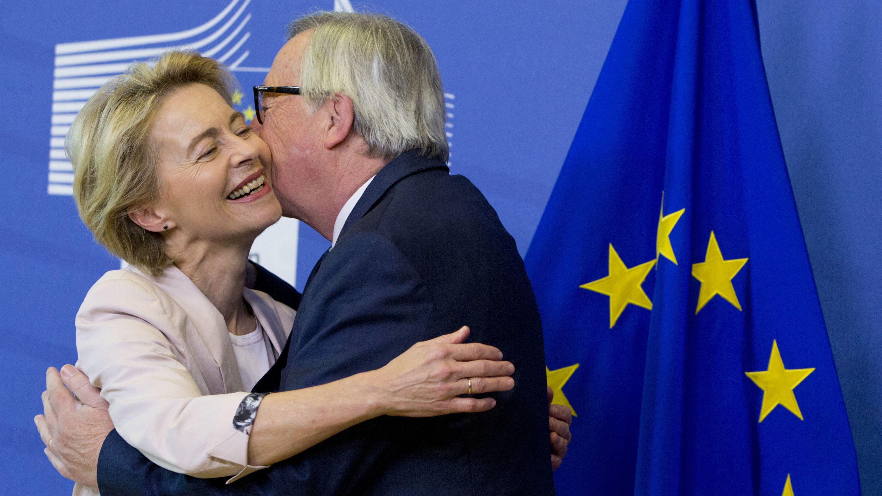 Ursula von der Leyen (CDU) wird von Jean-Claude Juncker (l), amtierender Präsident der Europäischen Kommission, in Brüssel begrüßt.