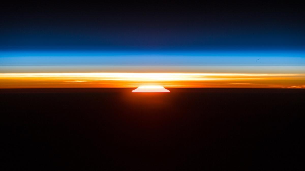 Das vom deutschen Astronauten Alexander Gerst gemachte Foto zeigt den Sonnenaufgang - aufgenommen an Bord der Internationalen Raumstation(ISS).