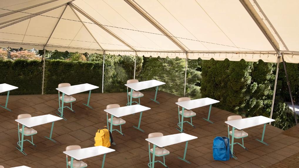Einzelne Tische und Stühle unter einem Zeltdach