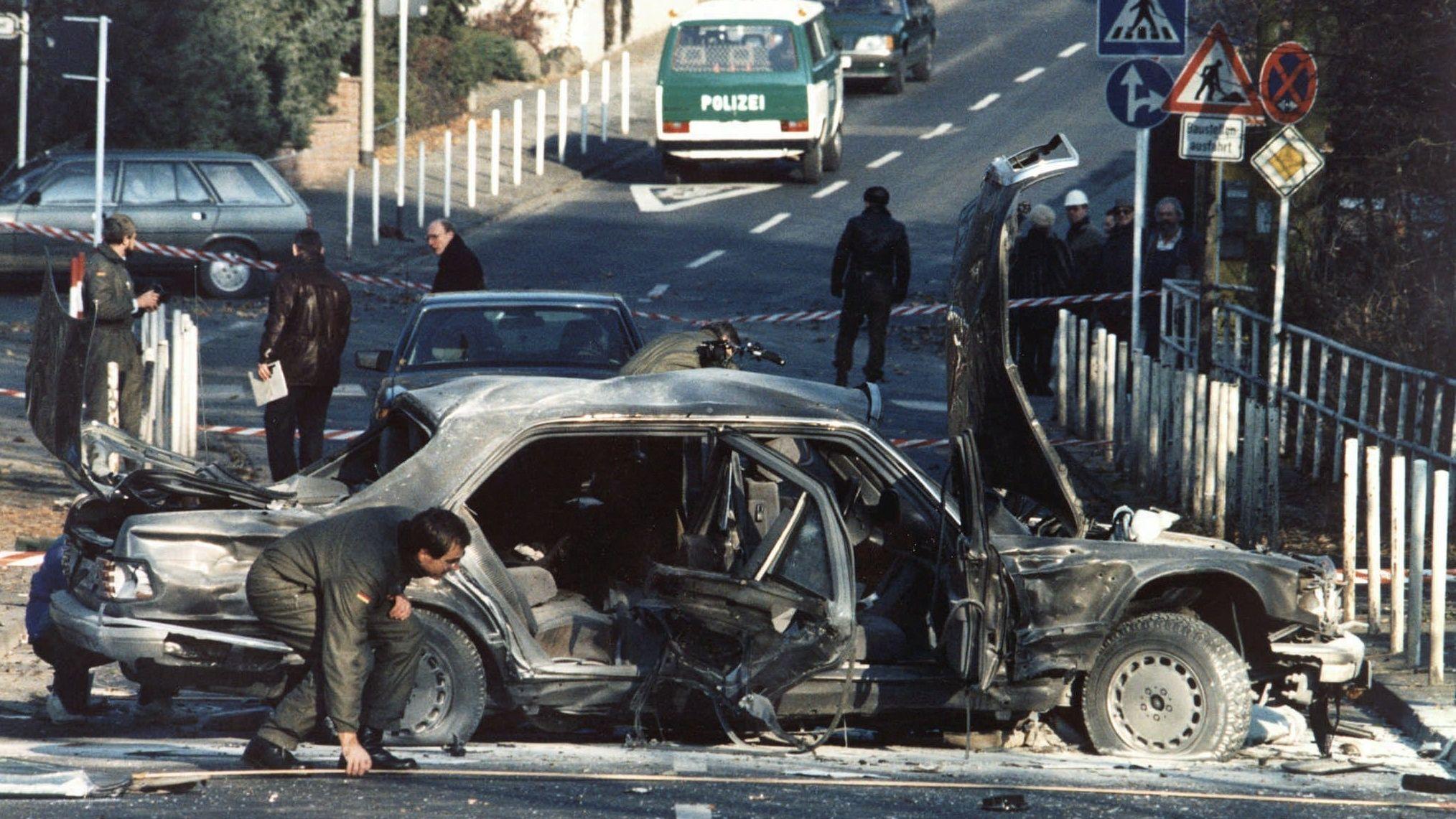 Polizisten am 30. November 1989 am Schauplatz des Attentats.