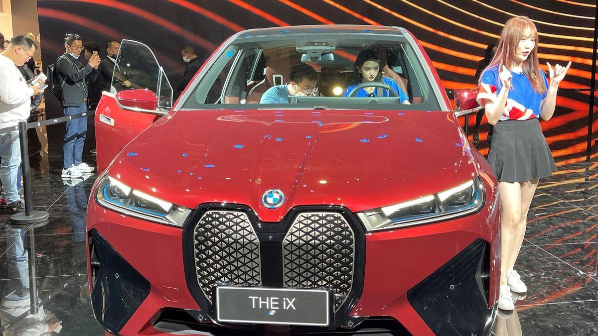 BMW stellt im April 2021 bei der internationalen Automesse in Shanghai die vollelektrische Geländelimousine iX erstmals in China vor.