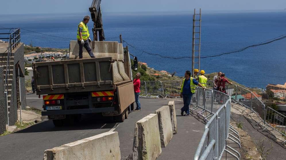 An der Unglückstelle werden Beton-Sperren auf die Straße gestellt | Bild:dpa/pa