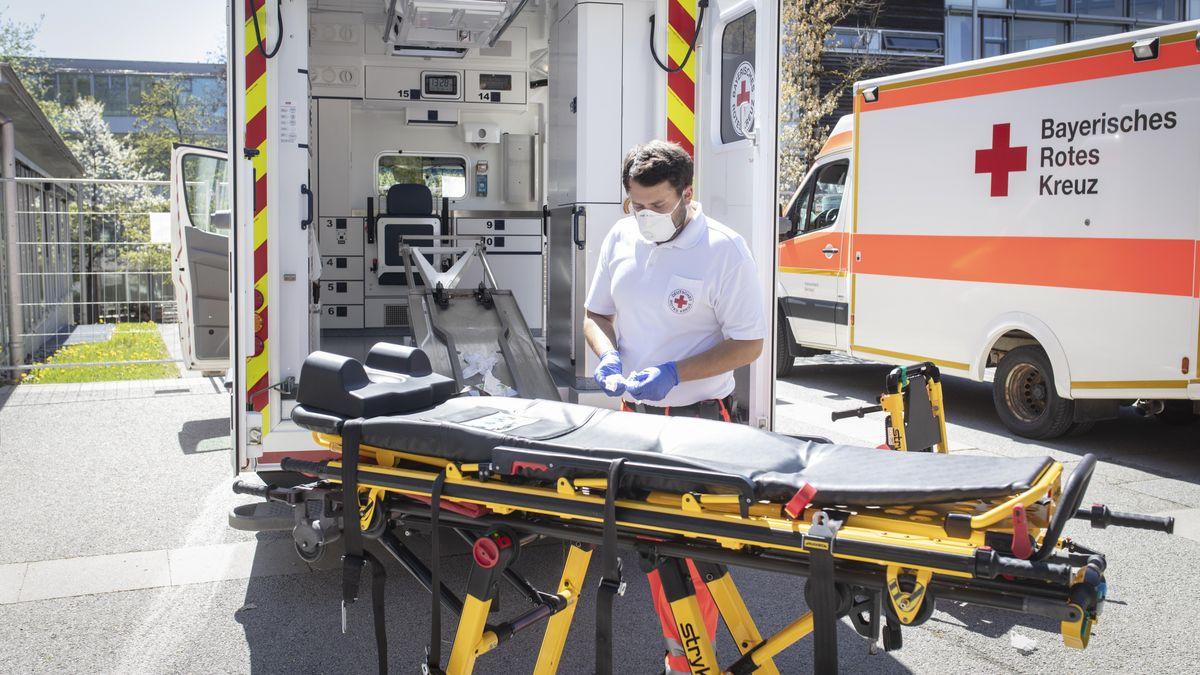 Sanitäter reinigt Bahre vor Krankenhaus - Symbolbild