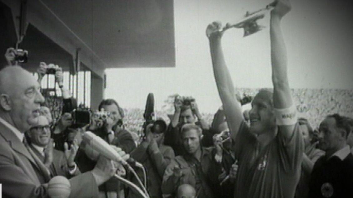 Übergabe der Meisterschale 1968