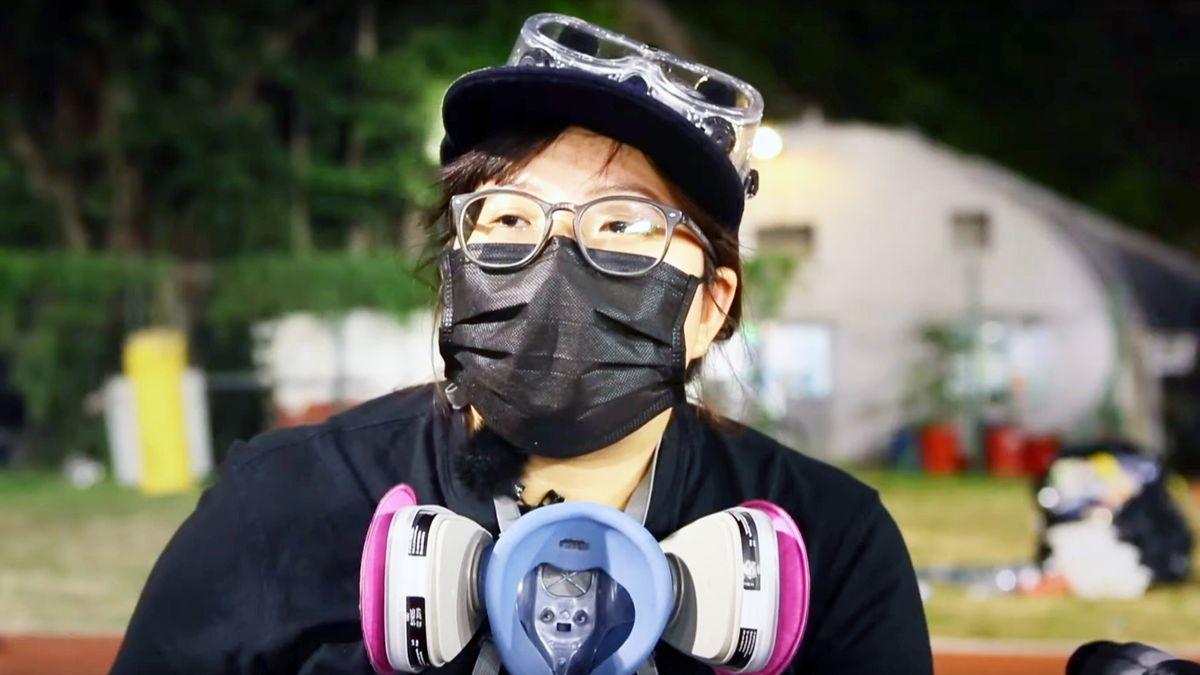 Mann mit Maske und Tränengas-Schutz