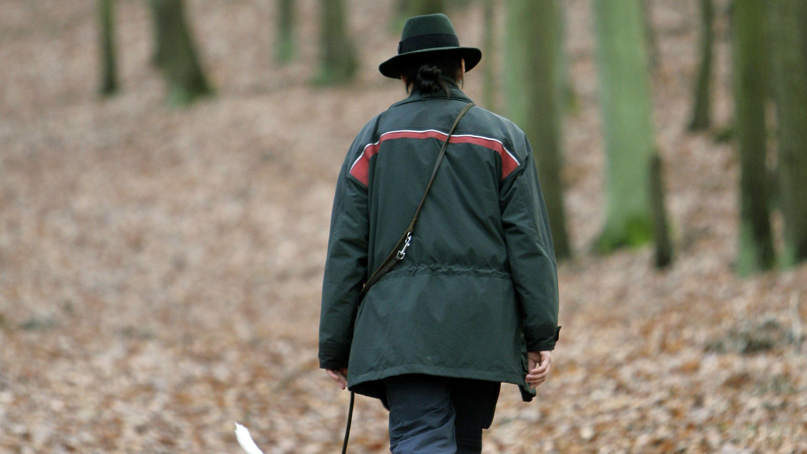 Eine Försterin im Wald (Symbolbild)