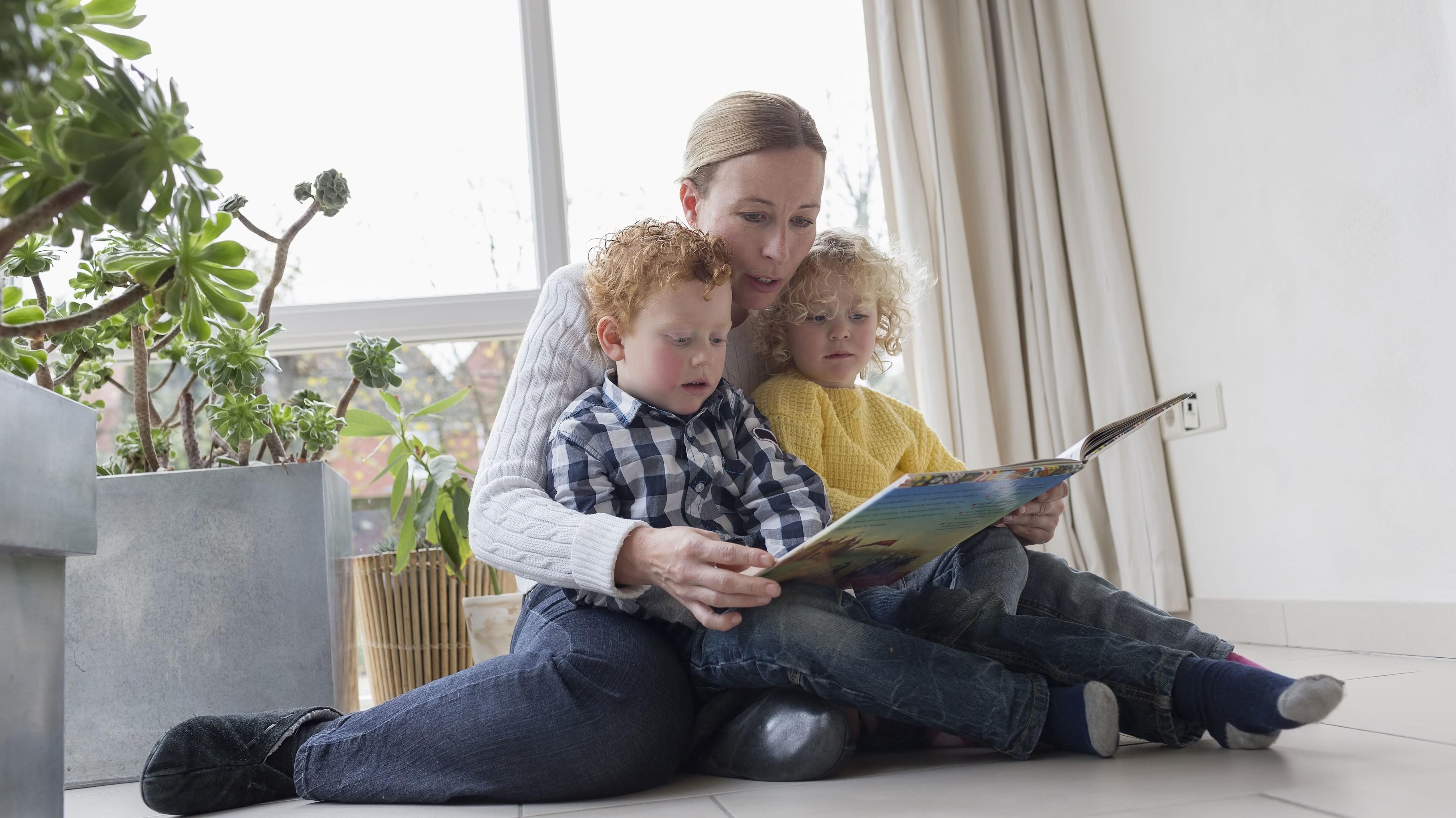 Eine Mutter liest ihren Kindern vor