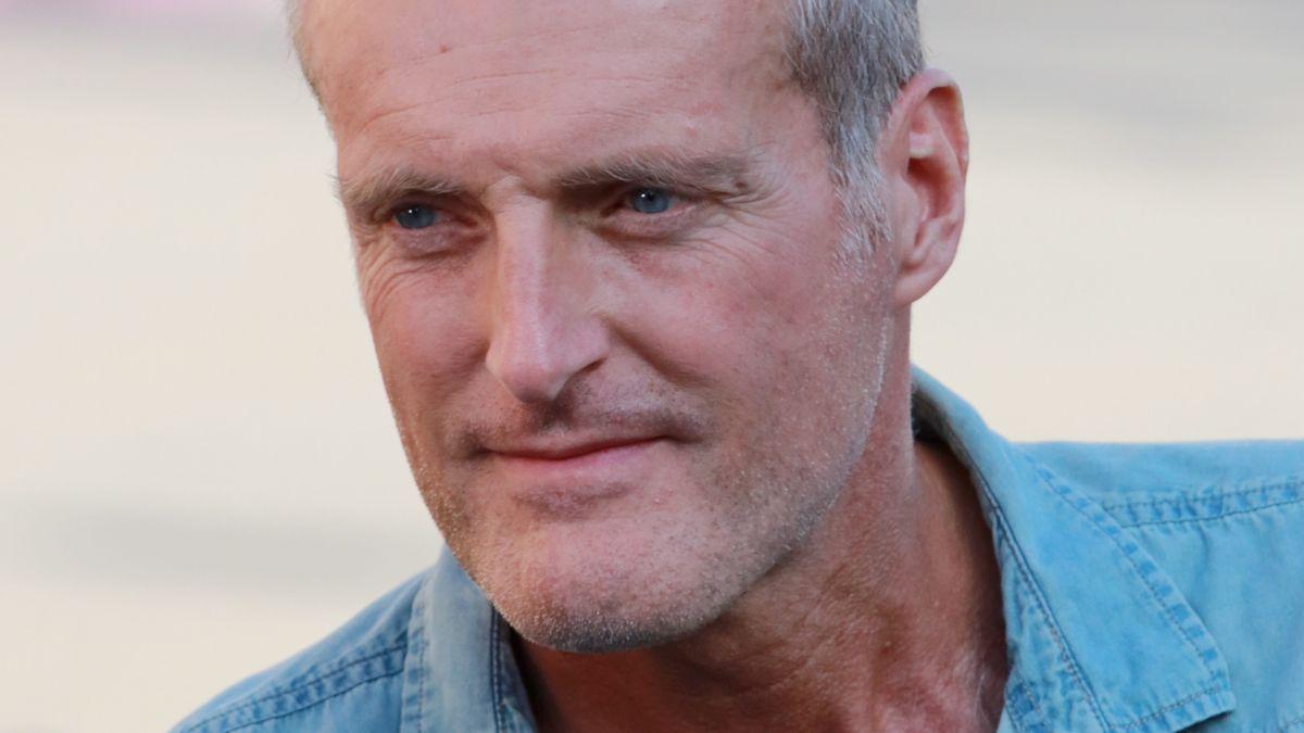 Schriftsteller Robert Seethaler blickt, im Freien stehend, freundlich aus dem Bild heraus