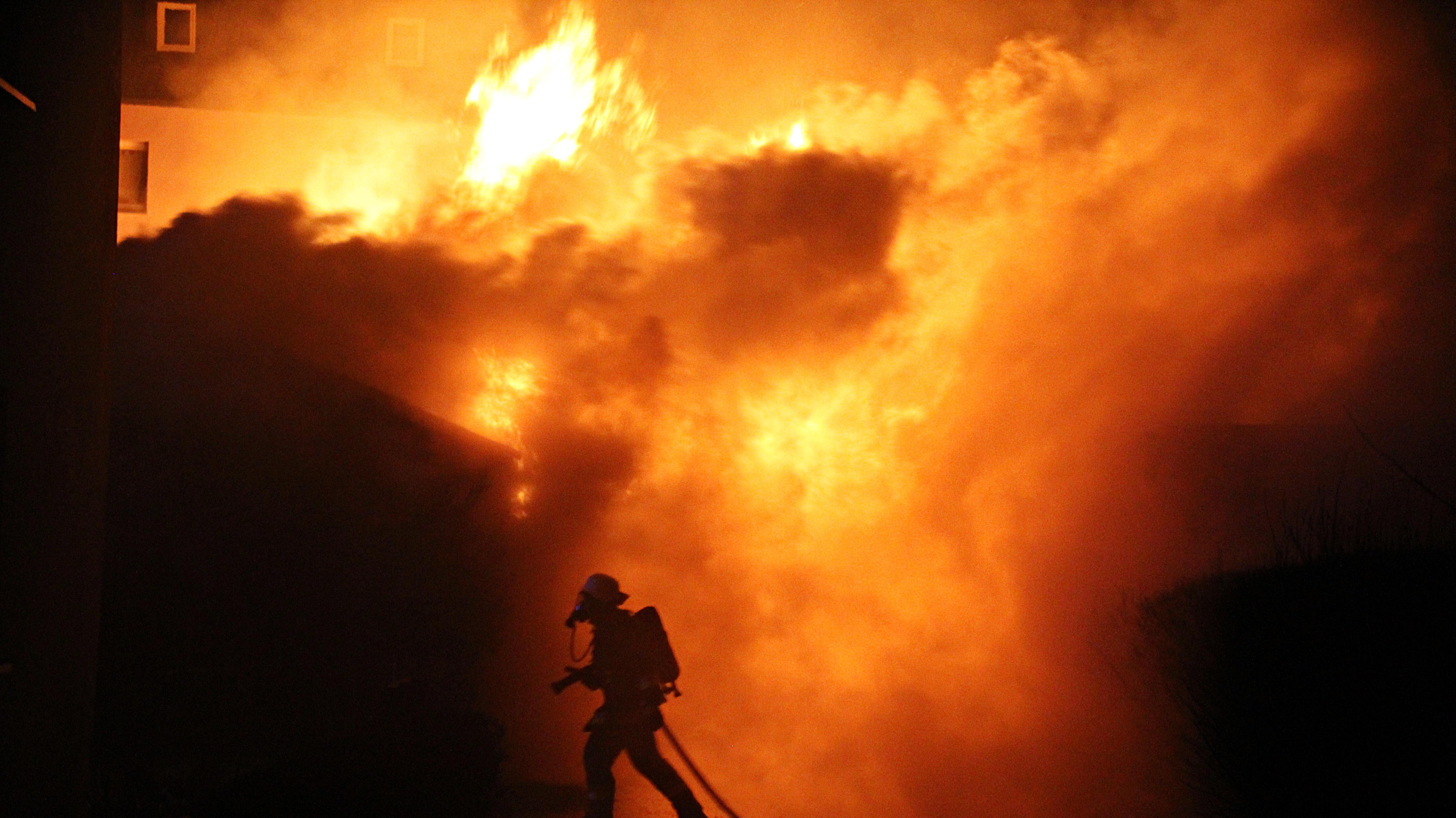 Meter hohe Flammen schlagen in den Himmel. Der Holzschuppen neben einem Wohnhaus brannte komplett nieder.