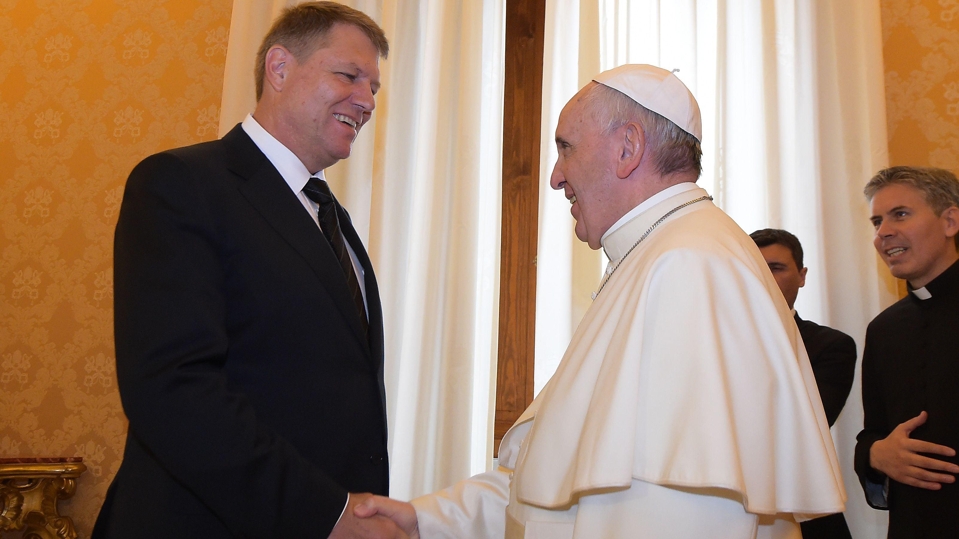 Papst Franziskus mit dem Präsidenten Rumäniens, Klaus Johannis (links) während dessen Besuchs im Vatikan am 15.05.2015