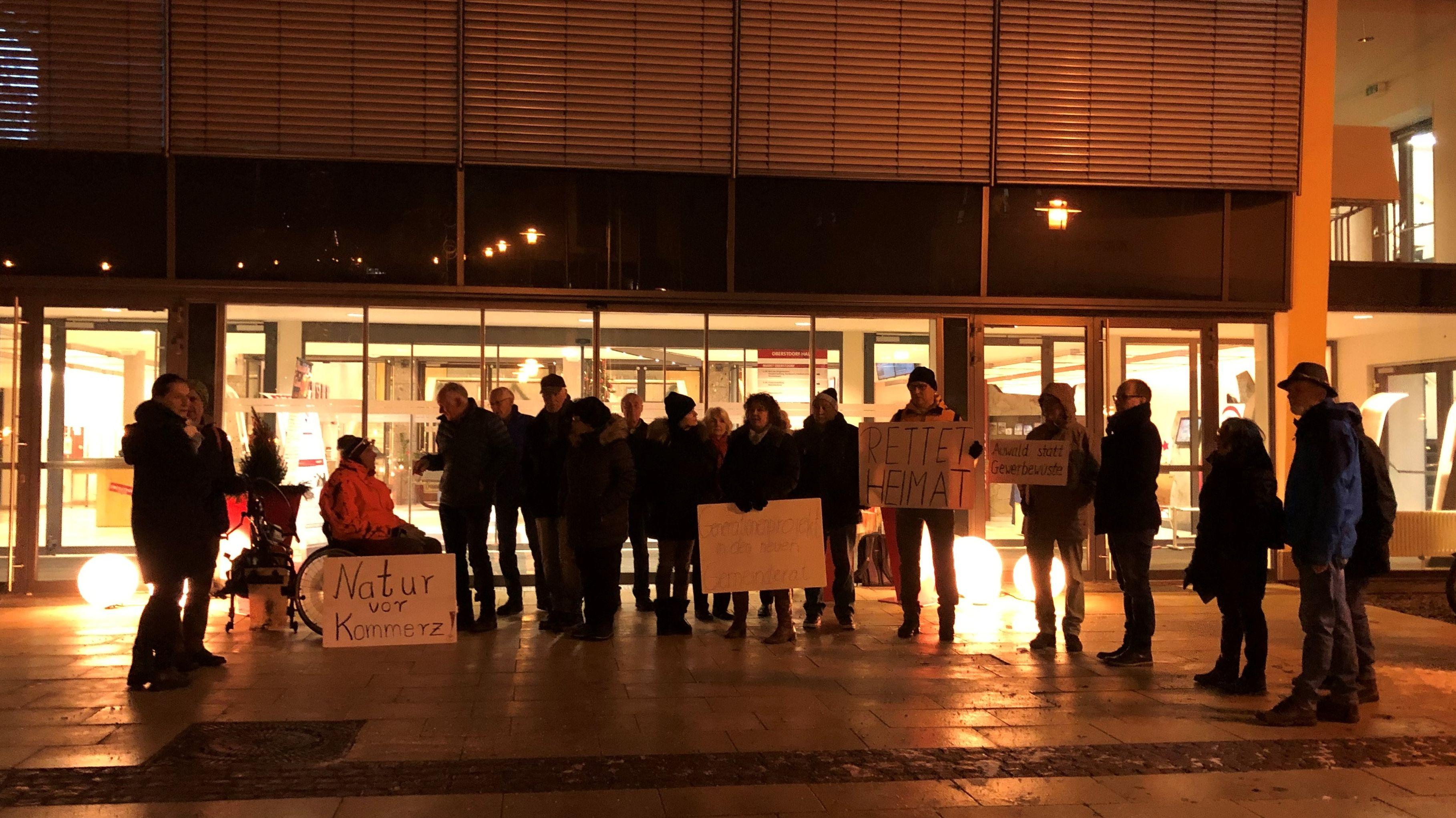 Mitglieder der Bürgerinitiative StopKarweidach demonstrierten gegen das geplante Gewerbegebiet.