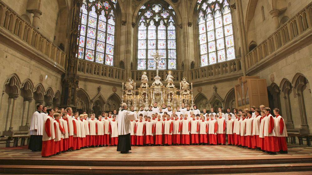 Vor dem Hochaltar im Regensburger Dom haben die Regensburger Domspatzen Aufstellung genommen.    Bild:BR/Michael Vogl