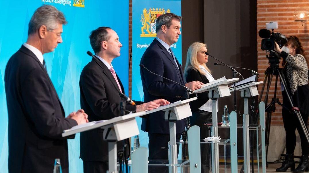 Ministerpräsident Markus Söder zusammen mit Gesundheitsministerin Melanie Huml,  Wirtschaftsminister Hubert Aiwanger und Kultusminister Michael Piazolo bei einer Pressekonferenz über Corona-Maßnahmen.