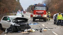 Unfallstelle auf einer Landstraße mit mehreren demolierten Fahrzeugen und einem Feuerwehr-Auto.   Bild:News 5