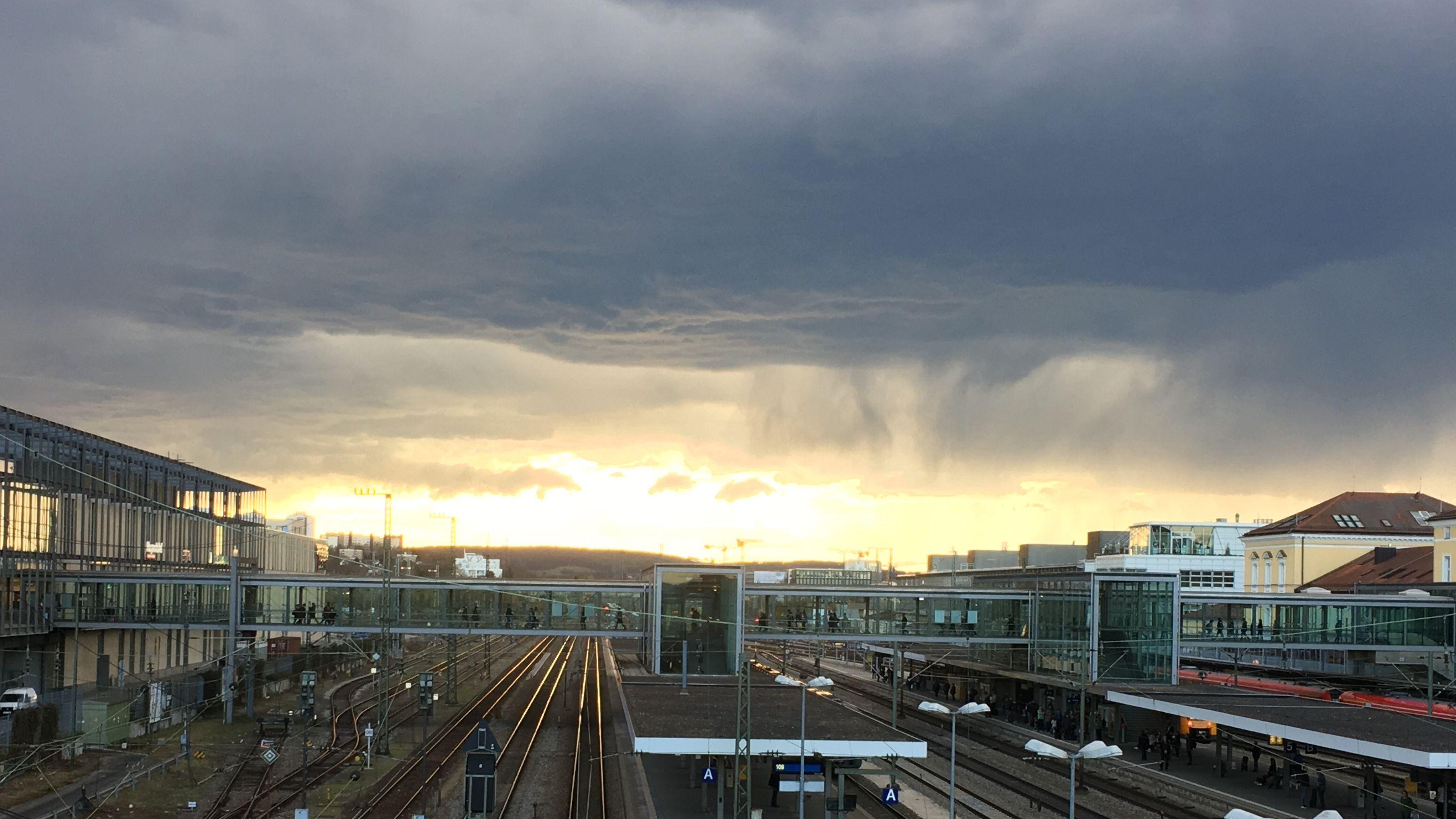 Symbolbild: Dunkle Regenwolken ziehen über Regensburg auf