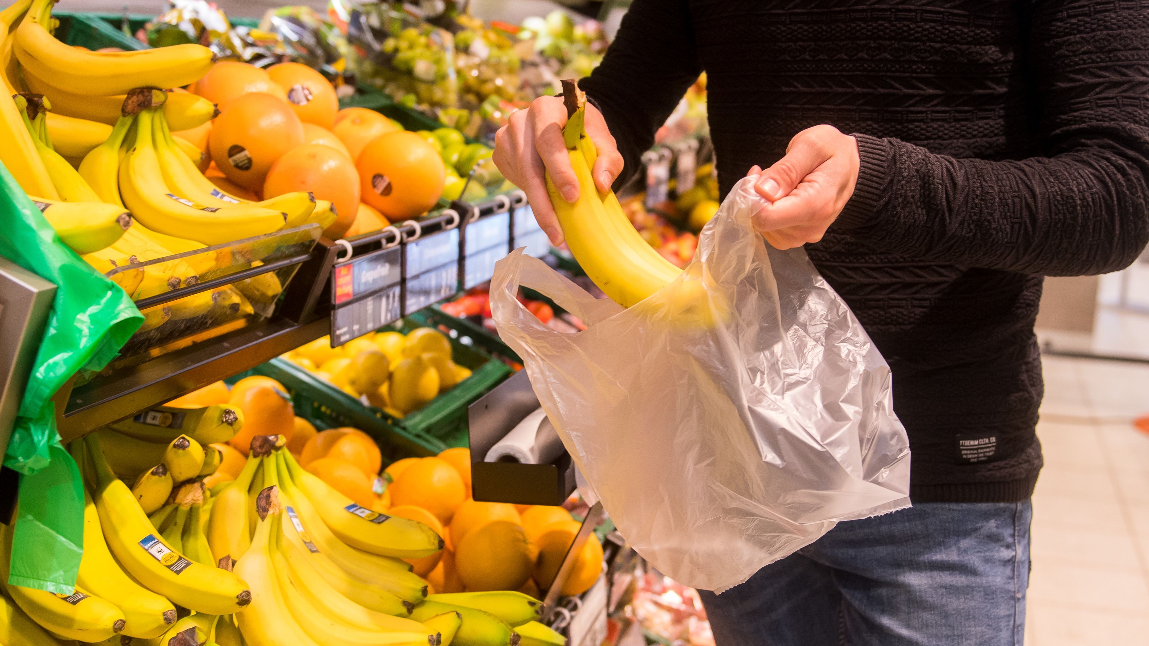 Gerade an den Obst- und Gemüseregalen sind Knotenbeutel noch sehr verbreitet