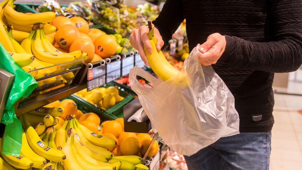 Gerade an den Obst- und Gemüseregalen sind Knotenbeutel noch sehr verbreitet | Bild:picture alliance / dpa Themendienst