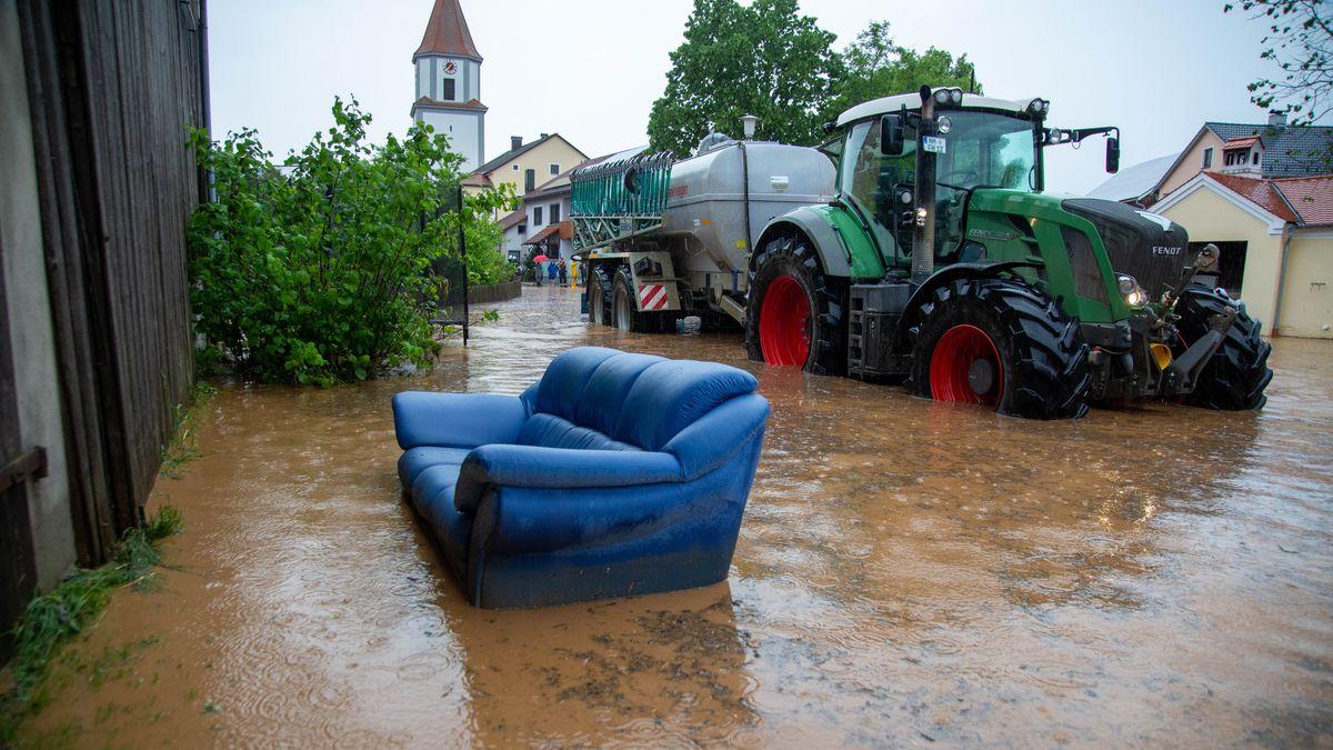 Überflutete Straßen in Hainsberg, einem Ortsteil von Dietfurt an der Altmühl im Landkreis Neumarkt.