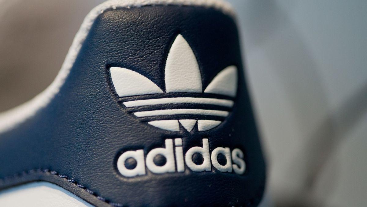 Adidas-Logo und Schriftzug auf einem Schuh