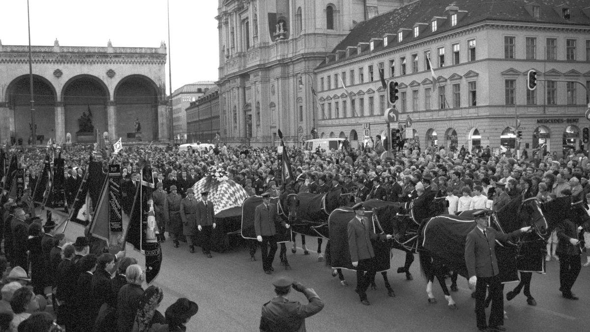 1988: Zehntausende säumen die Ludwigstraße, als am 7. Oktober der Trauerzug für den verstorbenen Franz Josef Strauß durch München zieht.