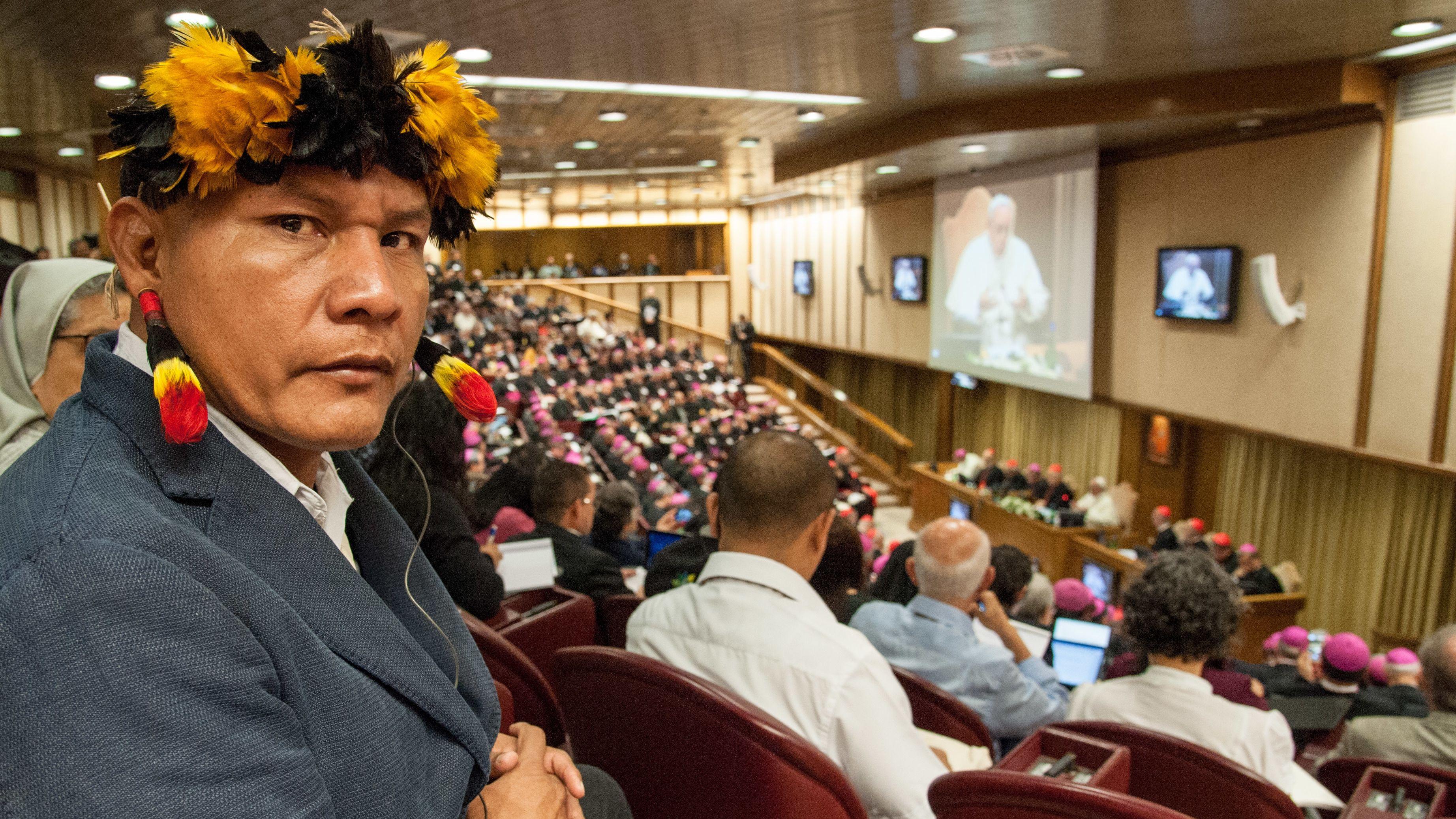 Ein Indigener aus dem Amazonasgebiet nimmt an einer Synodensitzung im Vatikan teil.