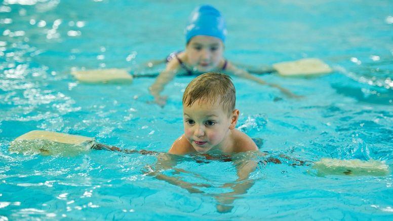 Zwei Kinder mit Schwimmhilfen in einem Schwimmbecken.   Bild:picture-alliance/dpa/ZB/Patrick Pleul
