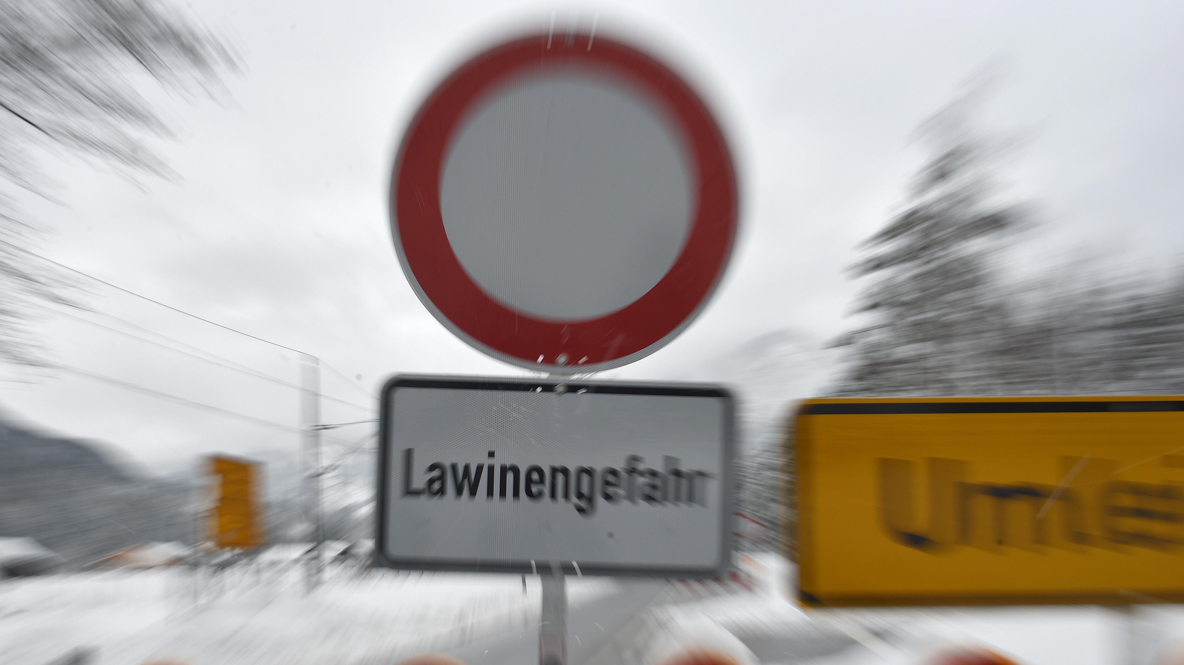 Straßenschild zur Sperrung wegen Lawinengefahr