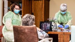 Pflegekräfte kümmern sich um eine Patientin. | Bild:picture alliance / ANP