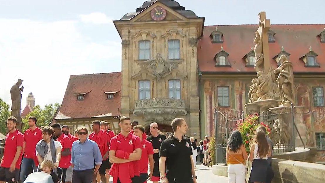 Die Spieler von Brose Bamberg beim Stadtrundgang