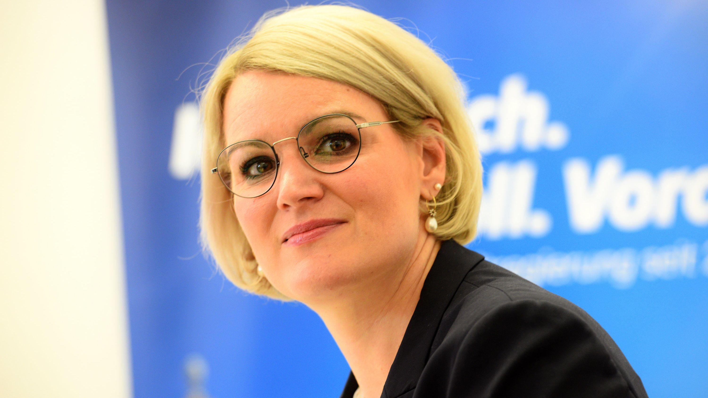 Eva Weber (CSU) vor einem Wahlplakat