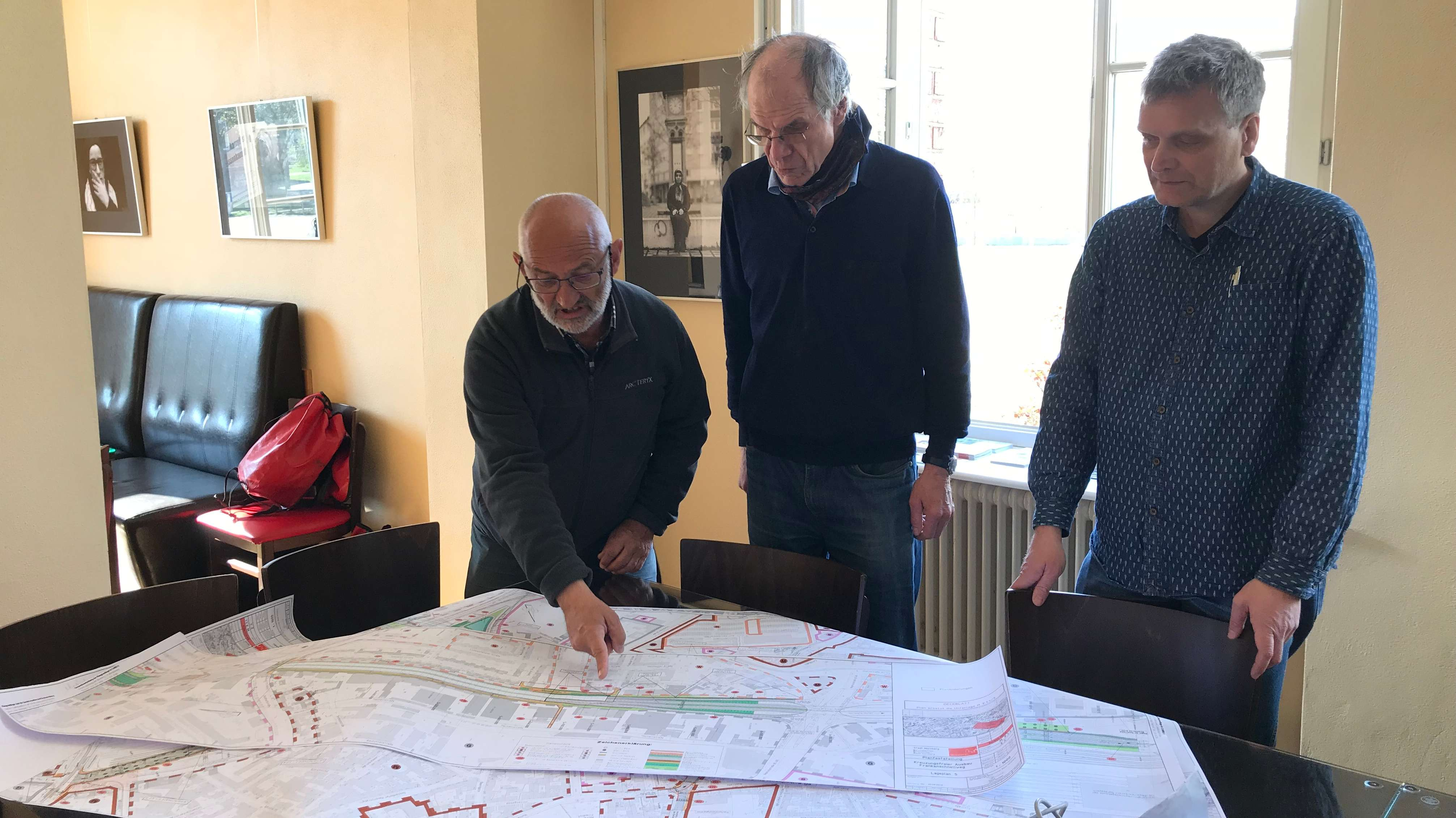 Hans Luntz (links) diskutiert mit den anderen Mitgliedern des VCD über den Frankenschnellausbau