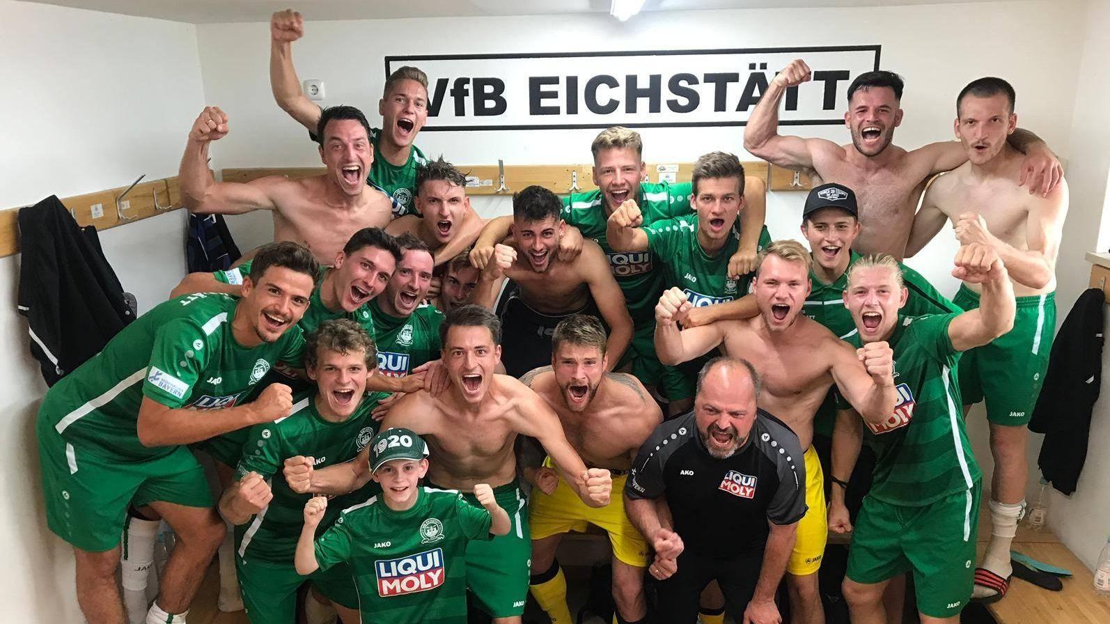 Die Spieler des VfB Eichstätt bejubeln am 20. Juli 2019 in der Kabine den Sieg über Schalding.