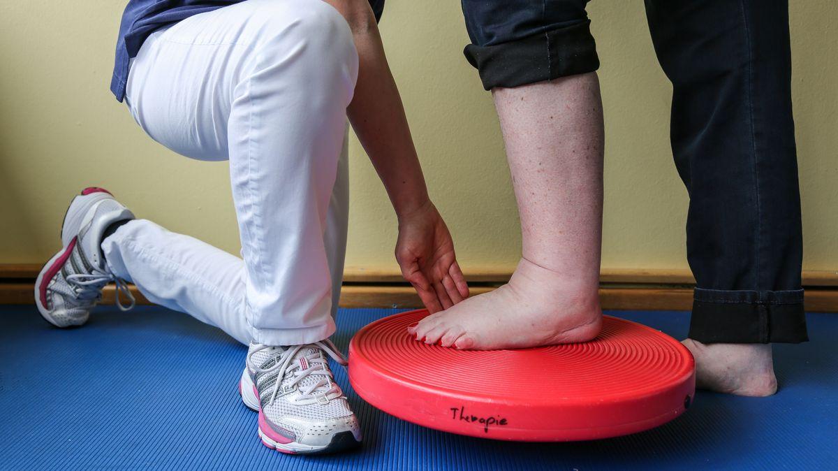 Physiotherapie. Gleichgewichtstraining mit einem Therapiekreisel. Dieses therapeutische Gerät dient für Gleichgewichtsübungen, Rehabilitation und Ausdauertraining. (Symbolbild)