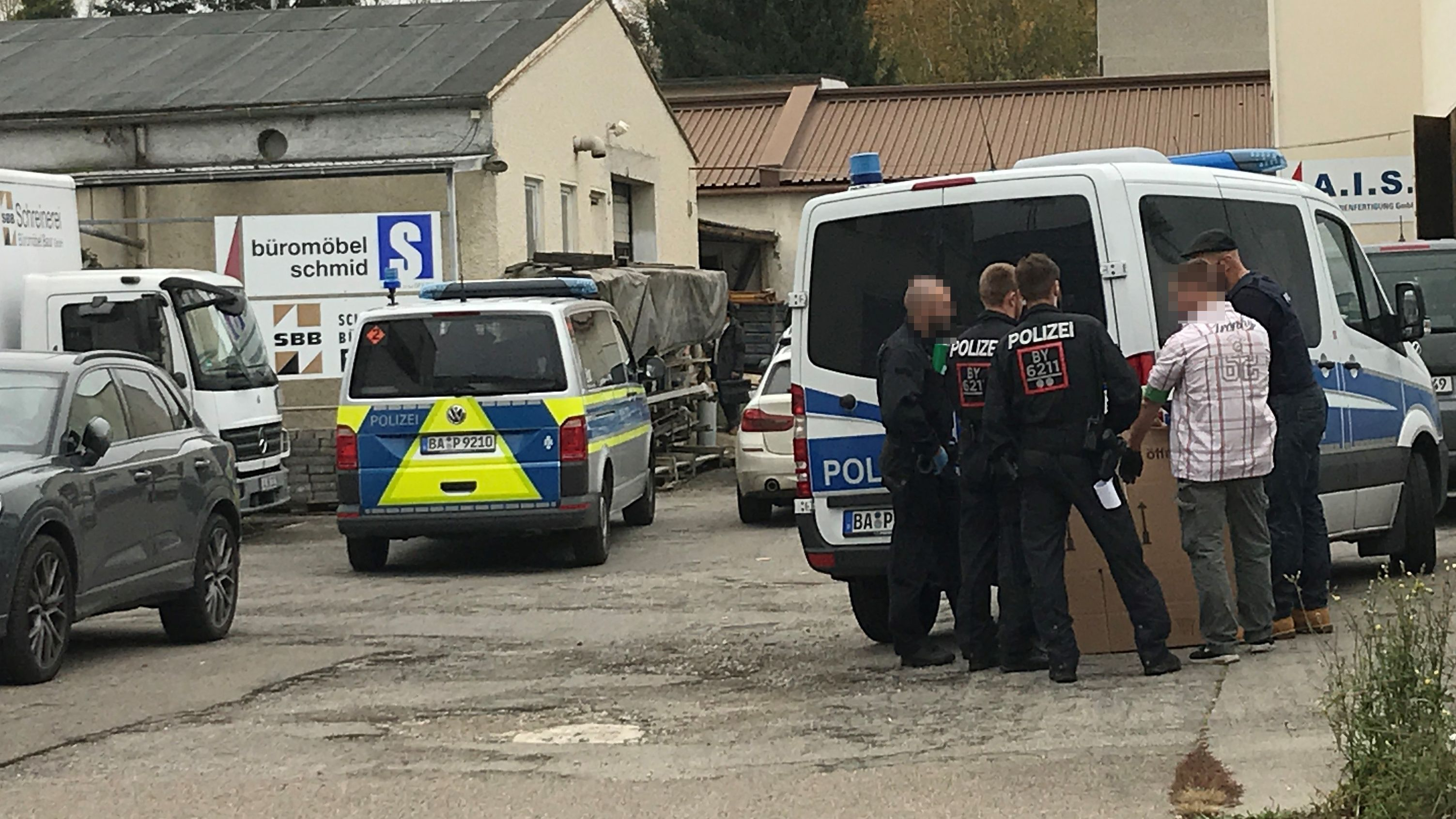 Polizisten bei einer Razzia gegen einen Pflegedienst in Augsburg