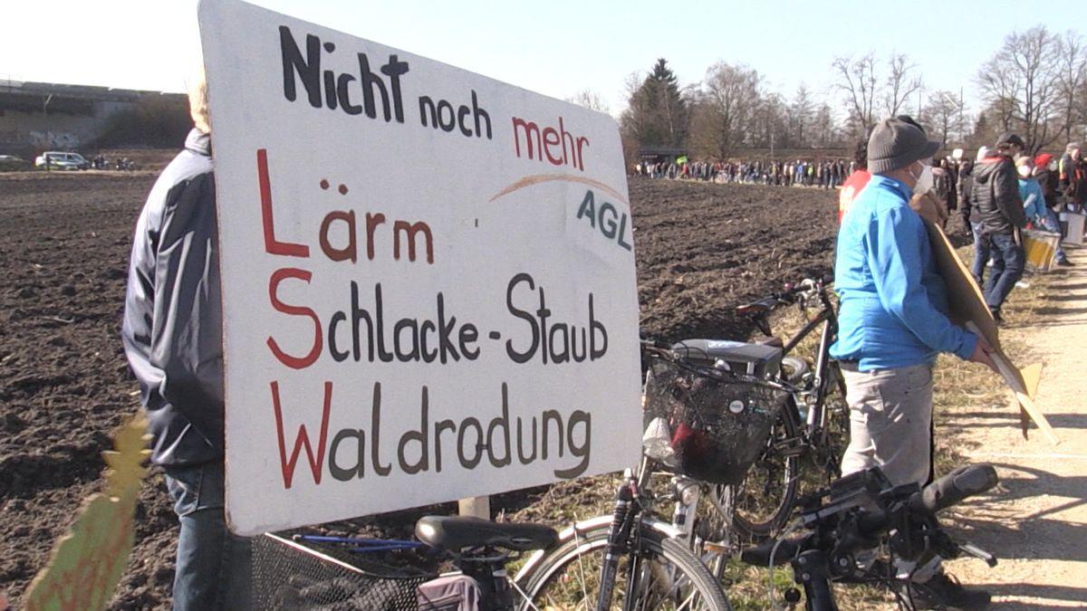 In Meitingen im Landkreis Augsburg demonstrierten Umweltschützer gegen die Rodung eines Bannwaldes für die Erweiterung der Lech-Stahlwerke.