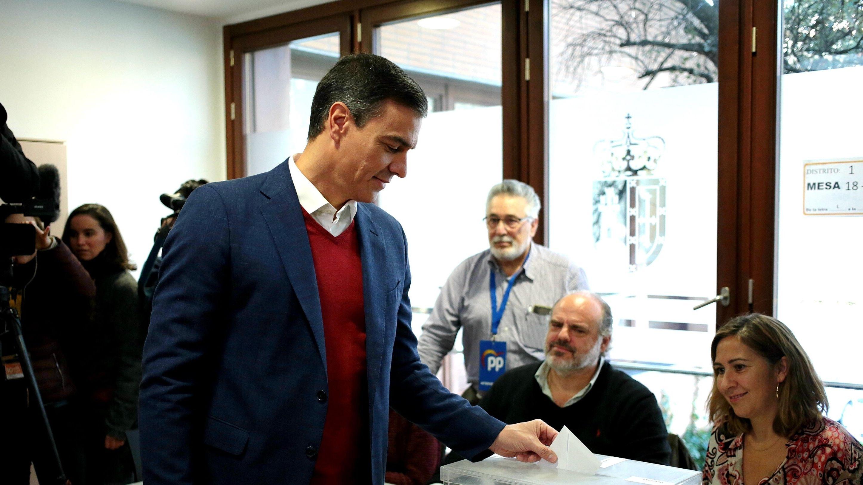 Pedro  Sánchez (M), Premierminister von Spanien, gibt seinen Stimmzettel in einem Wahllokal ab.