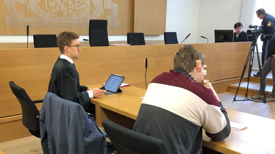 Im Gerichtssaal: Der mutmaßliche Beil-Angreifer auf der Anklagebank