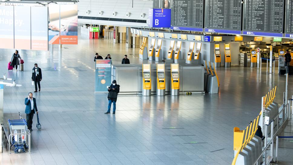 Nur noch vereinzelt sind am 1. April Reisende im Terminal 1 des Flughafen Frankfurt unterwegs. Die Bundesregierung holt derzeit deutsche Reisende in die Heimat zurück.