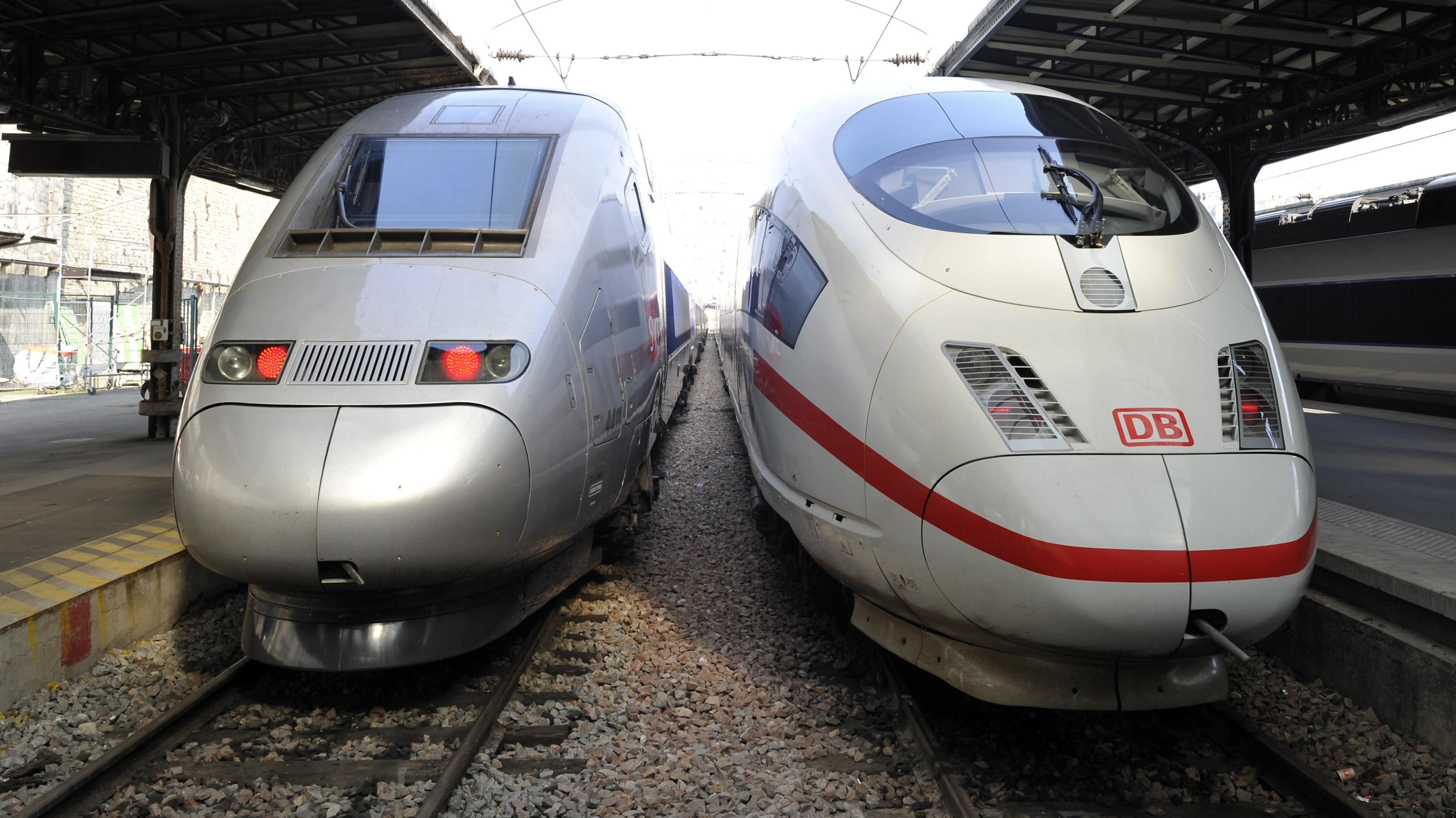 Ein TGV und ein ICE stehen zusammen in einem Bahnhof