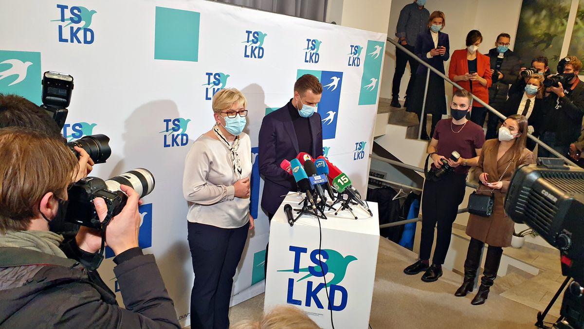 Vaterlandsunion-Spitzenkandidatin Ingrida Simonyte und Parteivorsitzender Gabrielius Landsbergis stehen am Wahlabend in Vilnius vor Reportern und Journalisten. Beide tragen Mund-Nasen-Schutz-Masken.