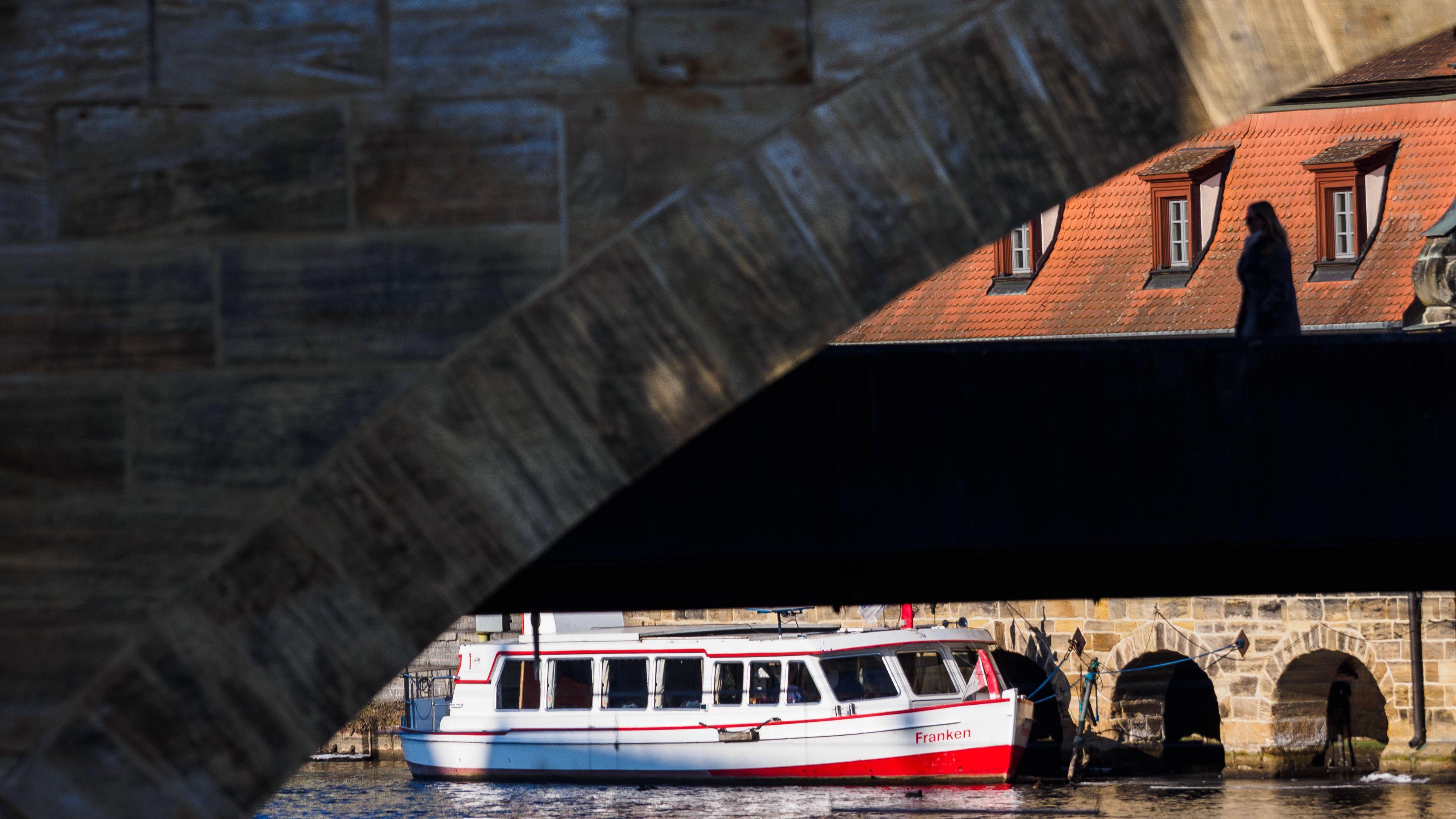 Brücke und Ausflugsschiff in Bamberg (Symbolbild)