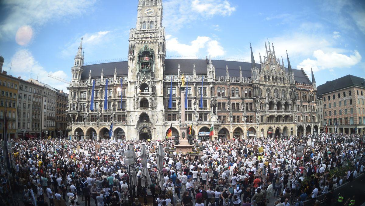 Viele hundert Menschen auf dem Münchner Marienplatz
