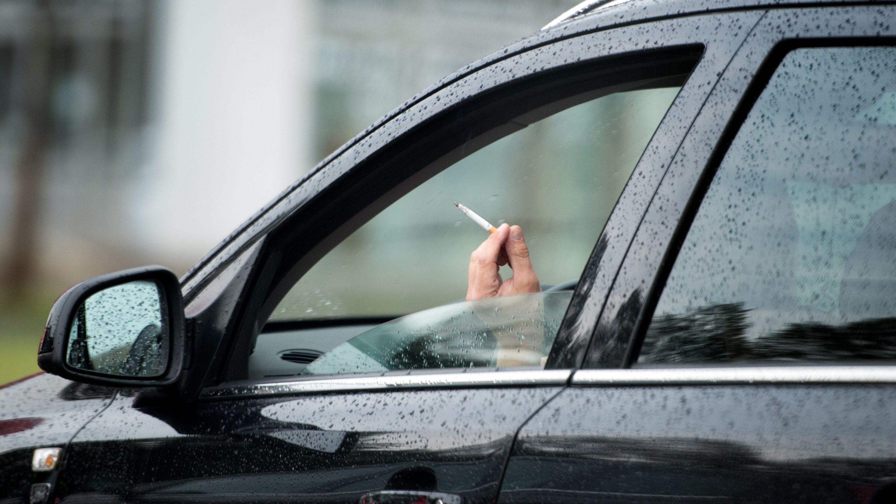 Symbolbild: Ein Raucher in seinem Wagen.