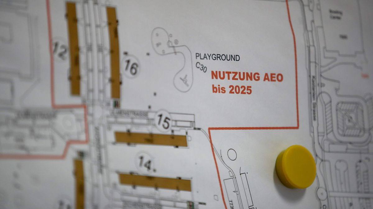 """""""Nutzung AEO bis 2025"""" steht auf einem Geländeplan der Aufnahmeeinrichtung für Geflüchtete."""