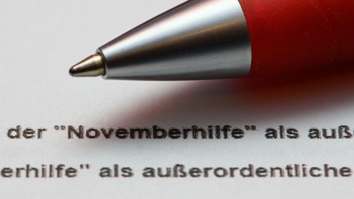 Ein Stift liegt auf einem Antrag auf Gewährung der «Novemberhilfe» als außerordentliche Wirtschaftshilfe der Bundesregierung in der Corona-Krise